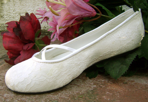It seems that most ballet wedding flats are plain